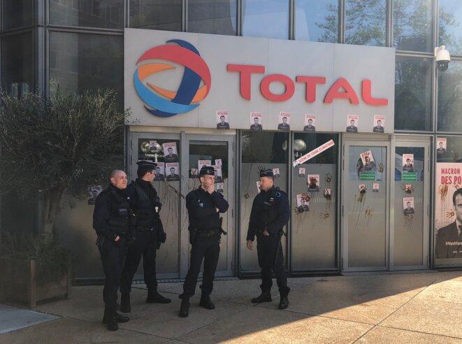 Le siège de Total à la Défense, protégé par des policiers lors d'une action d'ONG contre la « République des pollueurs ». © CG