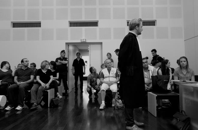 Laura Pfeiffer (au premier rang à droite) lors d'une audience, en juin 2015. © Rachida El Azzouzi