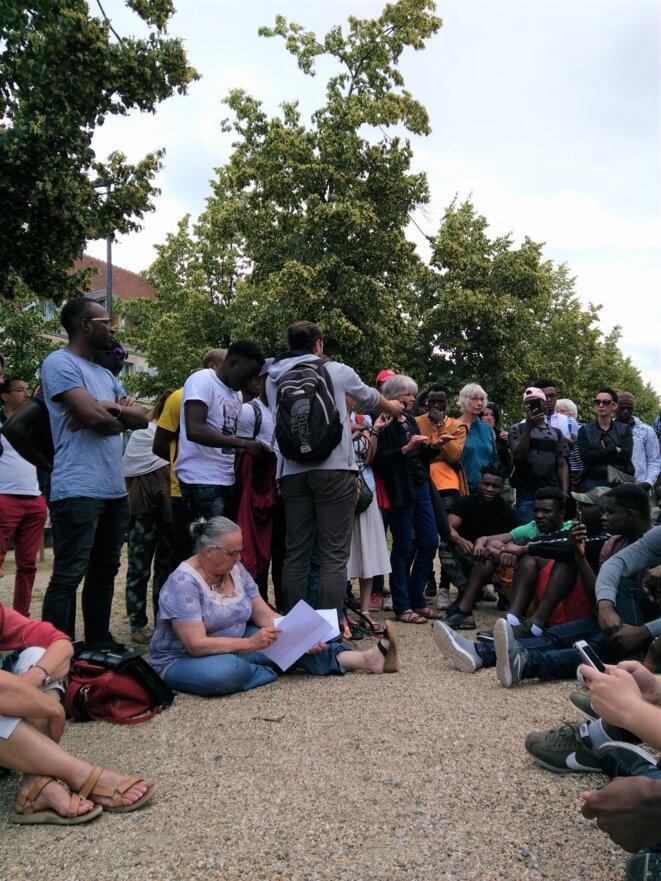 """Le 20 juin 2019, une centaine de jeunes dits """"MNA"""", soutenus par une soixantaine de citoyen.ne.s bourbonnais.e.s, se sont mobilisés devant la préfecture de l'Allier et le siège du conseil départemental pour la défense de leurs droits. © D.R."""