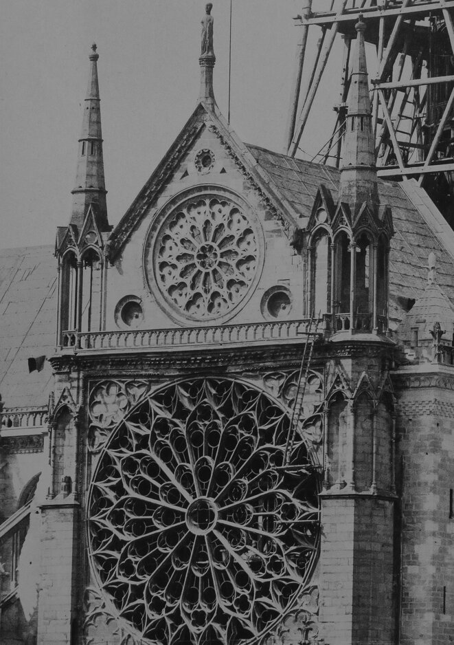 La rose sud après dépose des vitraux et avant sa transformation par Viollet-le-Duc alors que s'achève la construction de la flèche (1859)