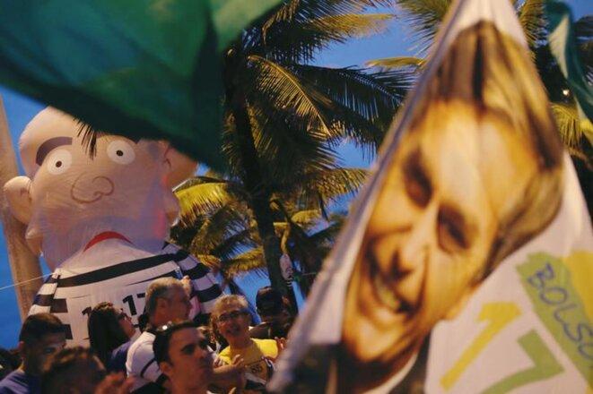 Des supporteurs de Bolsonaro se réunissent à Rio de Janeiro autour d'une poupée gonflable géante à l'effigie de Lula, en octobre 2018. © Reuters