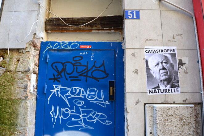 Sur un immeuble propriété de la Ville à l'abandon dans le centre-ville de Marseille, février 2019. © LF