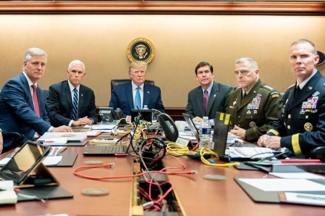 Donald Trump rodeado del vicepresidente Mike Pence, del secretario de Defensa y de varios de sus consejeros en la « Situation Room » de la Casa Blanca, el 26 de octubre de 2019. © Shealah Craighead/The White House