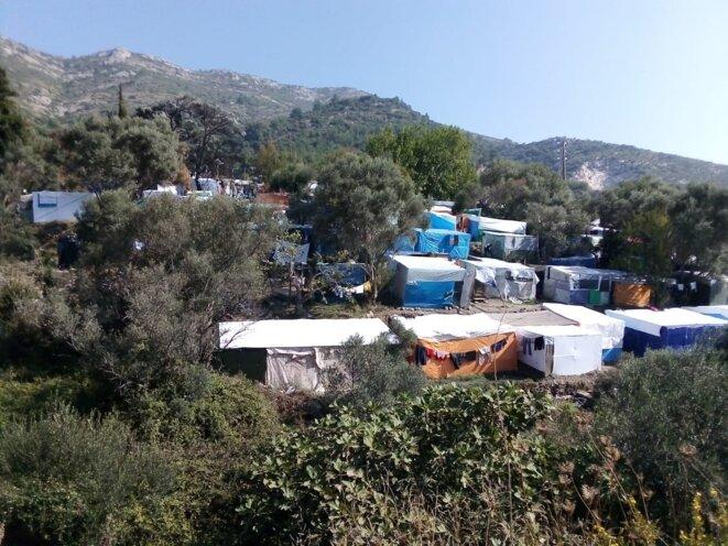 Une partie de la « jungle » du camp de Vathy, non accessible aux journalistes ni aux ONG. © Elisa Perrigueur