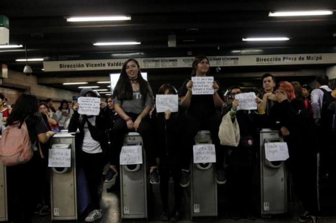 Jóvenes manifestantes en el metro de Santiago (Chile), el 8 octubre de 2019. © Reuters/Carlos Vera