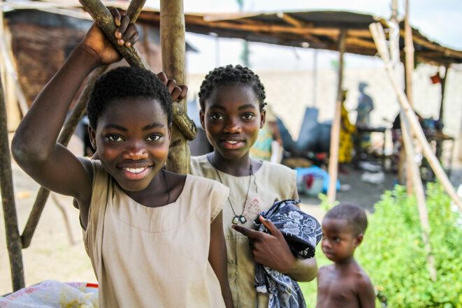 Jeunes filles de retour de l'école à Porto Novo © Matthieu Delaunay