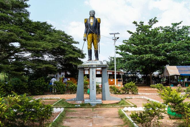 Statue de François-Dominique Toussaint Louverture, héros de l'indépendance haïtienne, dont les origines familiales prendraient leur source à Allada, au Bénin. © Matthieu Delaunay
