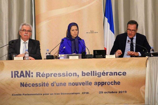 Maryam Radjavi avec les députés de l'Assemblée nationale française à une conférence sur l'Iran.
