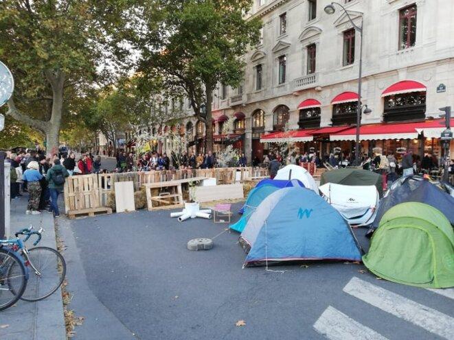 Tentes et barricades de fortune à côté du Pont au Change. © Samuel Clauzier