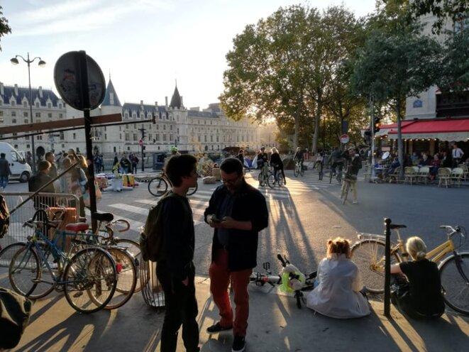 Des militants sur la Place du Châtelet avant la grande assemblée générale du vendredi soir. © Samuel Clauzier
