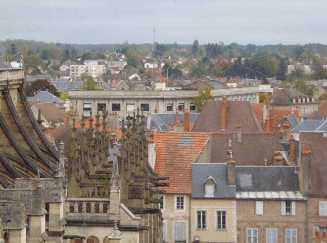 """La préfecture de l'Allier, à Moulins, vue depuis la courtine de la """"Mal-Coiffée"""". © SR"""