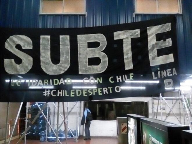 Banderole de soutien au Chili - Buenos Aires, métro Ligne D à Congreso de Tucuman