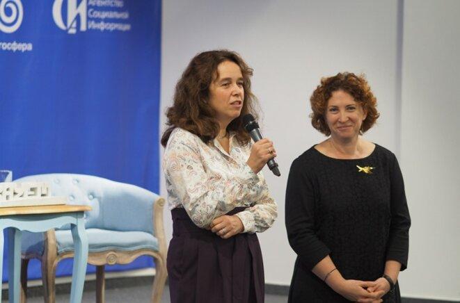 Ielena Topoleva-Soldounova, directrice de l'ASI, et Natalia Kaminarskaïa, directrice du centre blagosphère, à l'ouverture de la conférence du 24 octobre 2019 sur l'avenir du journalisme social © Vadim Kantor (ASI)