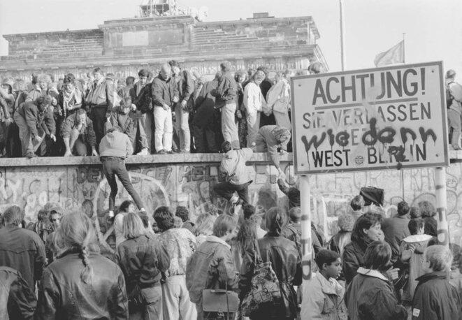 La Potre de Brandebourg prise d'assault par des Berlinois (de l'Ouest)... © (c) Michael Magercord / ROPI