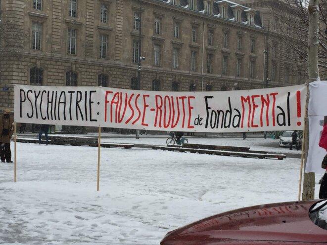 Banderole dénonçant la Fondation FondaMental lors de la manifestation du 22 janvier