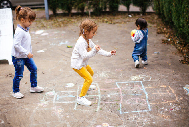 C'est l'heure de jouer : Les difficultés de mouvement sont aussi courantes chez les enfants autistes que l'est la déficience intellectuelle. © StefaNikolic / iStock