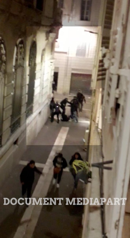 Maria à terre entourée de policiers, aux alentours de 18 h 40, le 8 décembre.