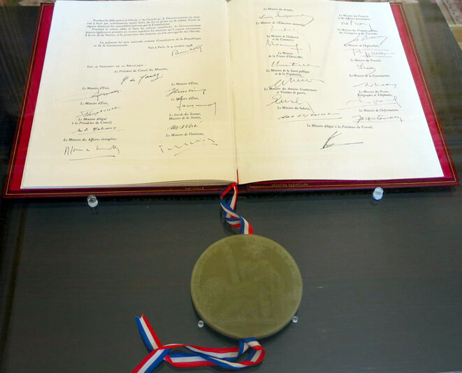 Constitution du 4 octobre 1958 (original avec le Grand Sceau). © Tangopaso/Wikimedia Commons, domaine public.