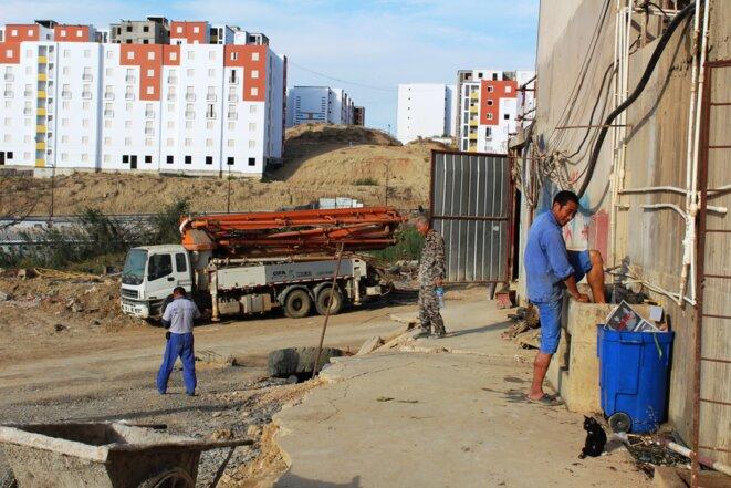 Un ouvrier chinois fait sa toilette sur le chantier de logements à Ouled Fayet (Alger). © NB