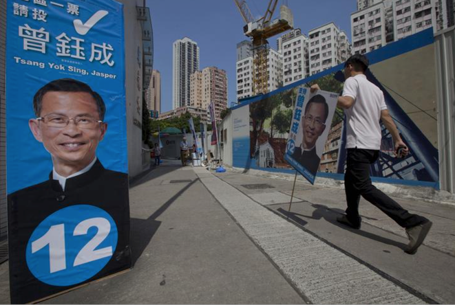Un supporter de Jasper Tsang Yok-sing lors des élections de 2012. © REUTERS/Tyrone Siu