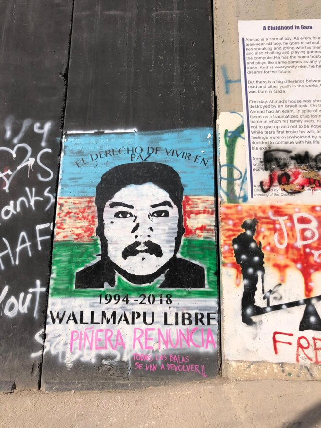 Grafitty sur le mur entre Israel et les territoires palestiniens, avec le portrait de Matias Catrileo mapuche asasiné par la police chilienne. Et en réference à l'octobre chilien 2019. © inconnu