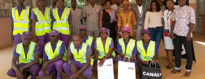 Canal+ remet des Gilets Jaunes aux Volontaires adjoints de la Sécurité, photo de famille a l'issue de la cérémonie