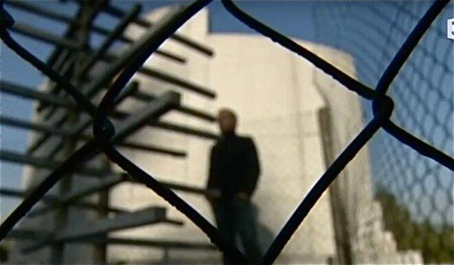"""Recueillement devant la stèle du 5-7 © (photo tirée extrait du documentaire """"la dernière danse au 5-7, Patrice Morel/ Benjamine Jeunehomme, 2010)"""