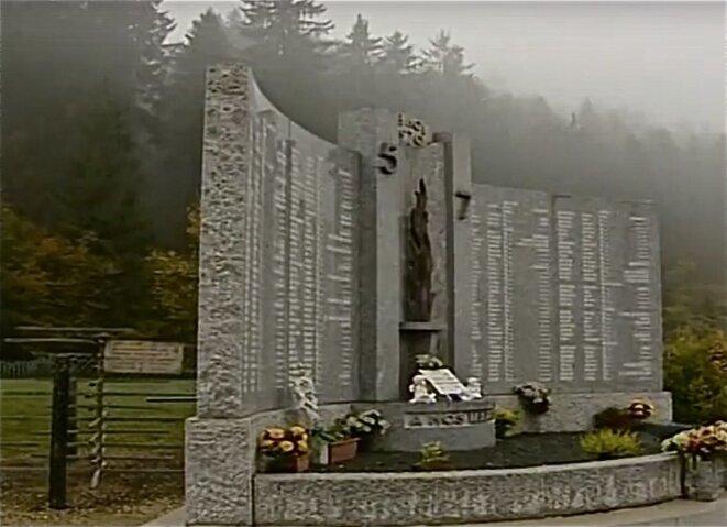 """Le monument dédié aux 146 jeunes victimes de l'incendie du 5-7, et les tourniquets conservés © (photo tirée extrait du documentaire """"la dernière danse au 5-7, Patrice Morel/ Benjamine Jeunehomme, 2010)"""