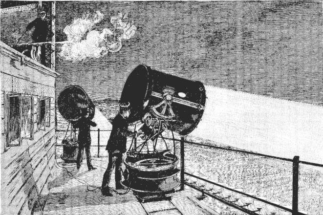 Installation des projecteurs de lumière électrique sur la terrasse du deuxième étage de la tour Eiffel. © Louis Figuier («Les Merveilles de la science», 1867-1891)/Wikimedia Commons, domaine public