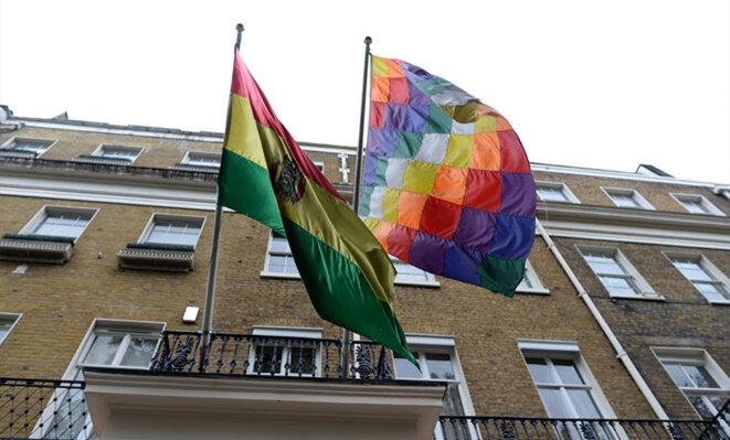 Drapeau national et à damier. Ambassade de Bolivie à Londres. © BasicBlog_FreeOfUse