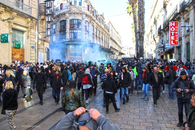 Des lacrymogènes sont lancés pour repousser les manifestants © L.Gaignebet