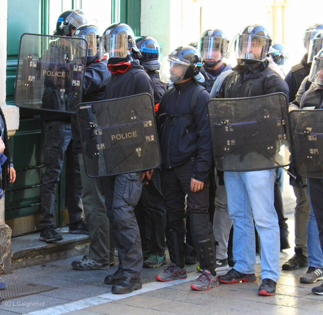 Membres de la BAC investissant l'entrée d'un immeuble © L. Gaignebet