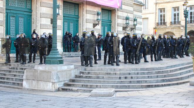 CRS en faction devant l'opéra Comédie © L. Gaignebet