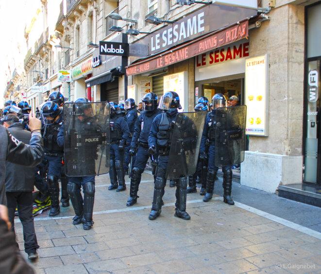CRS investissant un snack rue de la Maguelone © L. Gaignebet