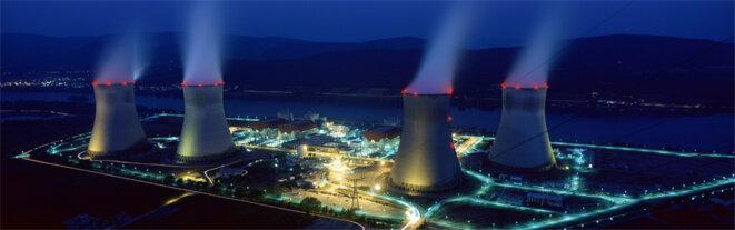 Centrale nucléaire de Cruas la nuit © Lodama - Licence CC (Wikipedia)