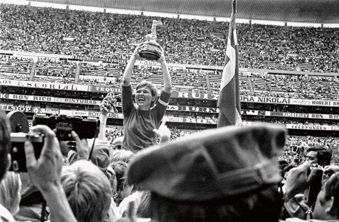 La capitaine danoise Westberg avec le trophée du Mundial 1971