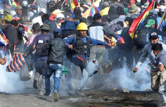Des partisans de l'ancien président Morales durant des heurts avec la police, vendredi 15 novembre 2019, près de Cochabamba. © REUTERS/Danilo Balderrama