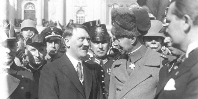 Le Führer rit - le Prince héritier Guillaume a oublié une chaussette sur son bonnet... © Bundesarchiv Bild 102-14437 / Georg Pahl / Wikimedia Commons / CC-BY-SA 3.0