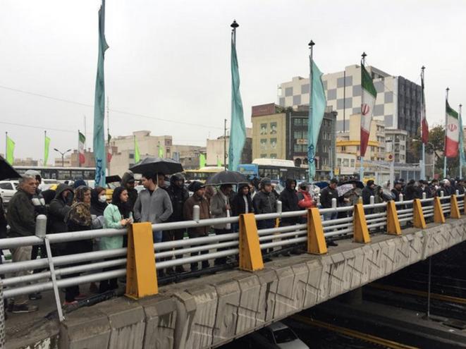 16 novembre 2019. Sur un pont de Téhéran, des gens protestent contre l'augmentation du prix du carburant. © Nazanin Tabatabaee/Wana (West Asia News Agency) via Reuters
