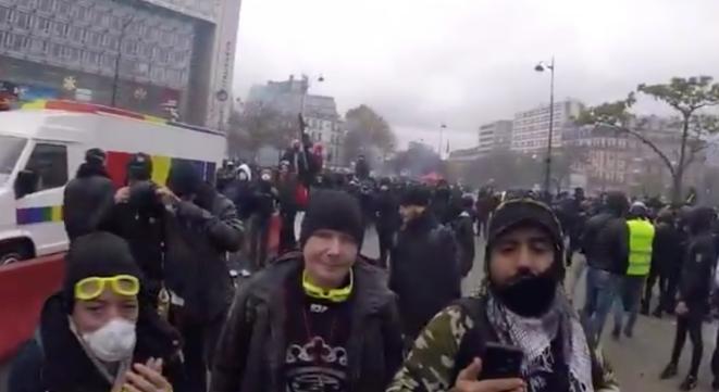 Juste avant le tir, à Paris, le 16 novembre. © Capture d'écran de la vidéo tournée par un street médic.