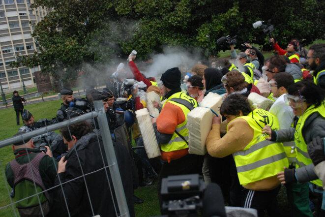 Franchissement des lignes de police lors de l'action de blocage du sommet pétrolier MCEDD à Pau en 2016