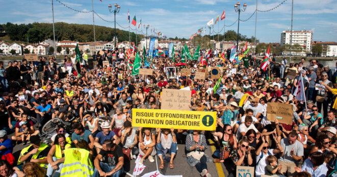 Lors d'une marche pour le climat à Bayonne en septembre 2019, blocage d'un pont dans le contexte d'une lutte locale pour la réduction de la place de la voiture dans l'agglomération