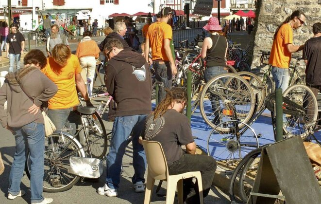 Atelier vélo organisé en plein air lors d'un Village des alternatives à Bayonne