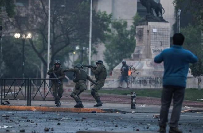Des policiers à Santiago (Chili), le 19 octobre 2019. © Reuters