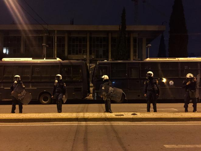 Des policiers anti-émeute gardent l'ambassade américaine, le 17 novembre 2019. © Elisa Perrigueur
