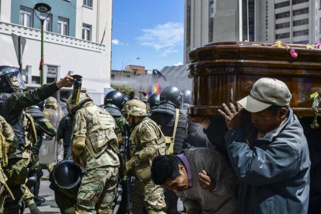 Répression d'une mobilisation massive de deuil qui a atteint le centre de La Paz depuis la ville de Senkata avec les corps des 8 personnes tuées mardi dernier. © AP/EFE/Pagina12