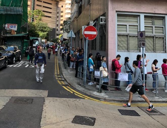 Une file d'attente pour aller voter à Hong Kong, dimanche 24 novembre 2019. © FB