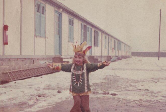 Enfant devant un baraquement pour saisonniers et saisonnières du Val-d'Arve debut 1960 © archive personnelle