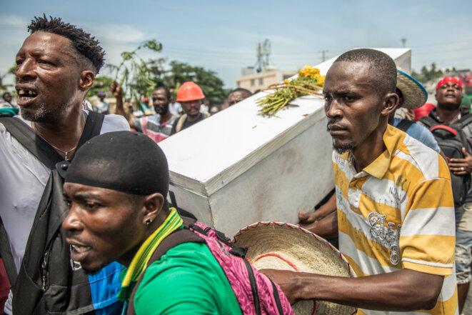 Manifestation le 4 octobre 2019 à Port-au-Prince. Les manifestants portent le cercueil symbolique du président Jovenel Moïse. © Valérie Baeriswyl