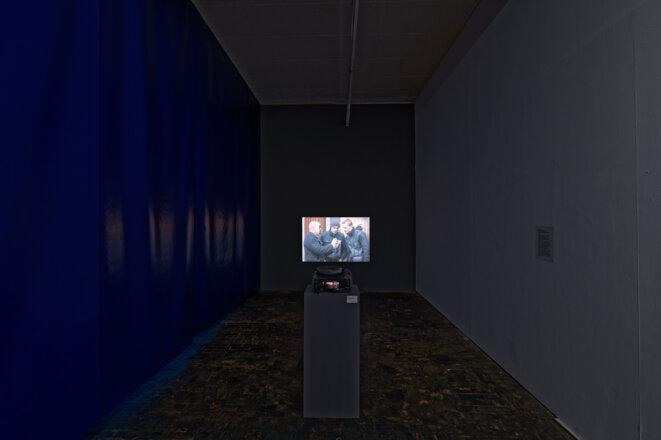 """Mauricio Leon, """"Action B"""", vidéo performance, janvier 2010, Exposition """"Nous saisonniers, saisonnières... Genève. 1931 - 2019"""", Le Commun, Genève, 2019. © Aurélien Mole"""